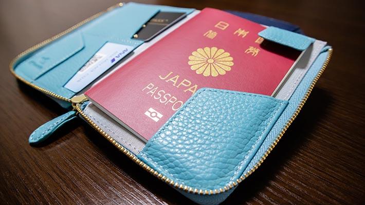 パスポートの飛び出し防止用フラップ付き