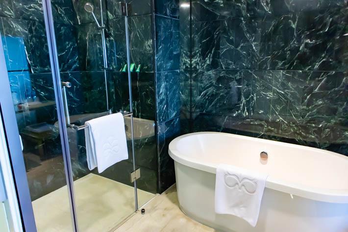 大き目なバスタブとガラス張りのシャワールーム。