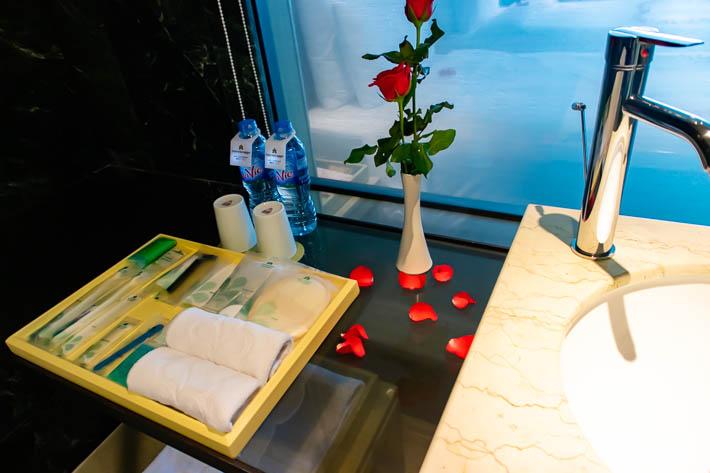 洗面所と部屋はガラスで仕切られています