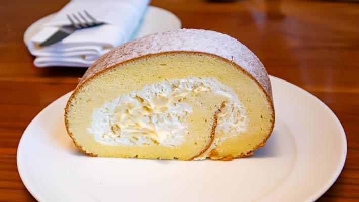 ザ・ラウンジのロールケーキ。生クリームとカスタードクリームが入っているようです。
