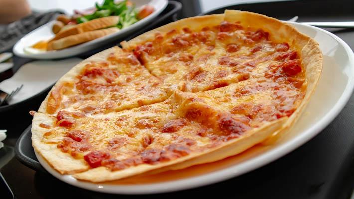 薄いけどパリパリした食感がおいしいピザ