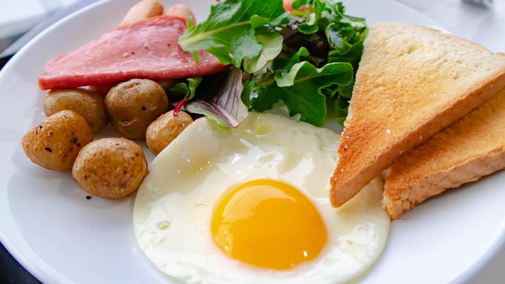 ハムと卵の色味が強めな「朝食」という名の朝食