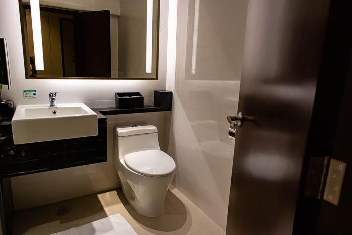 コンパクトにまとまったトイレと洗面所
