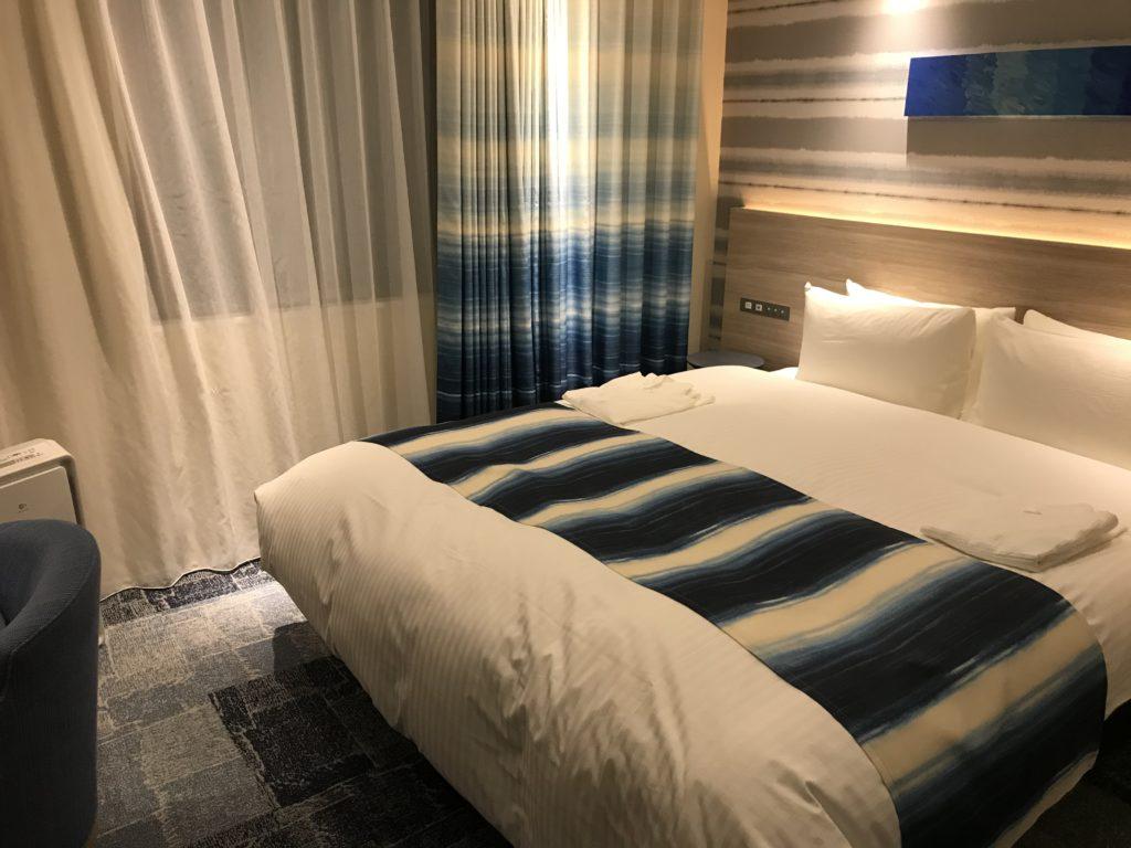 クイーンサイズのベッドには、左右それぞれ読書灯と充電用のUSB、コンセントがついています