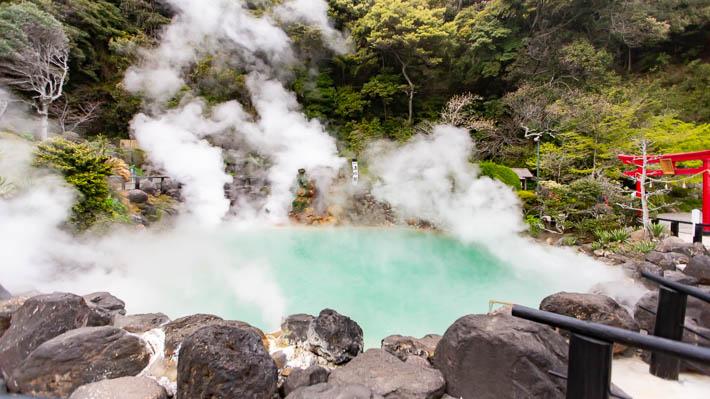 海地獄という温泉。綺麗なコバルトブルーです。