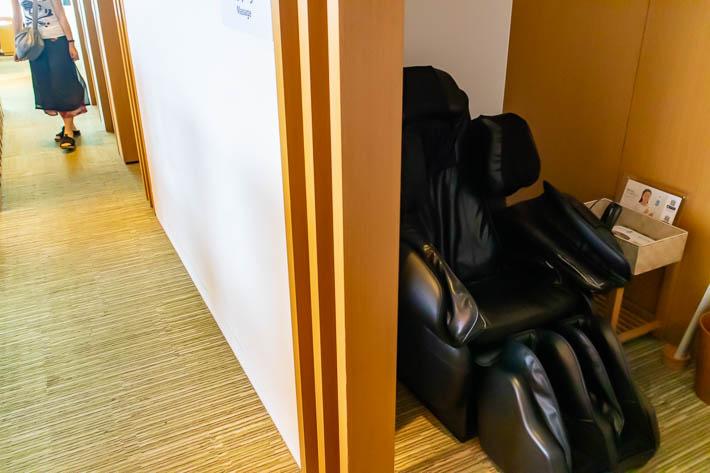 一人部屋のマッサージチェアもあります。