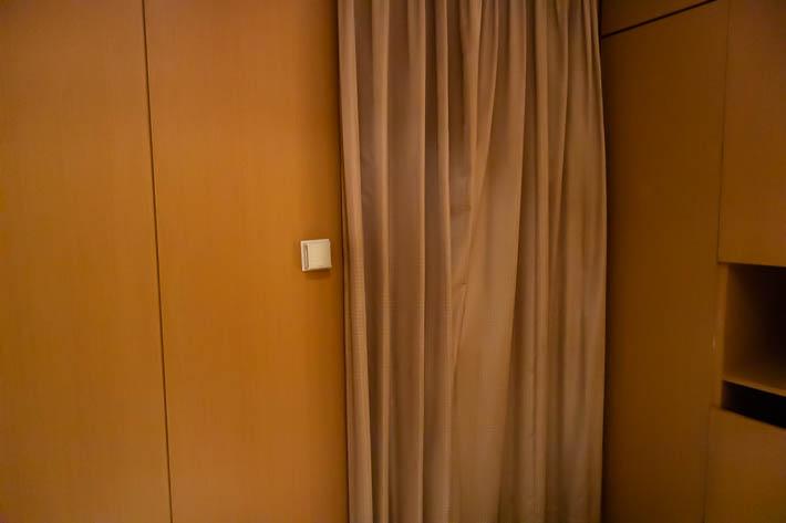 カーテンを閉めたまま扉を開けると大変なことに・・・