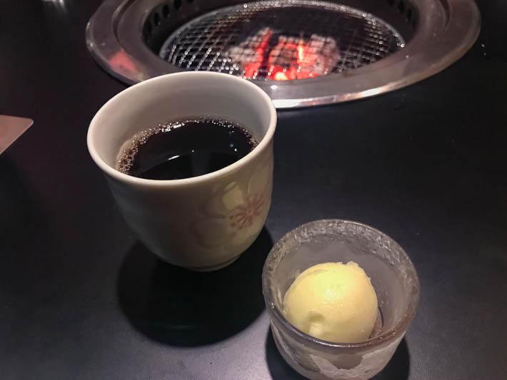 サービスのお茶とシャーベット