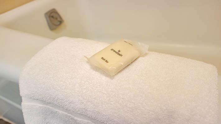 お風呂の足ふきマットの上にバスソープ