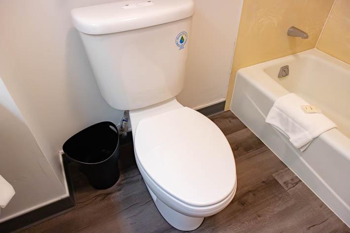 流すのはトイレのタンクの上のボタン