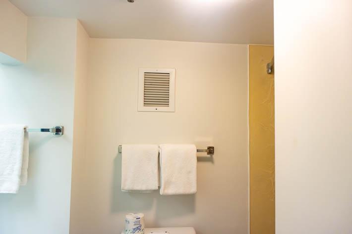 トイレの上にあるこの吸排気口からも声が漏れてきます