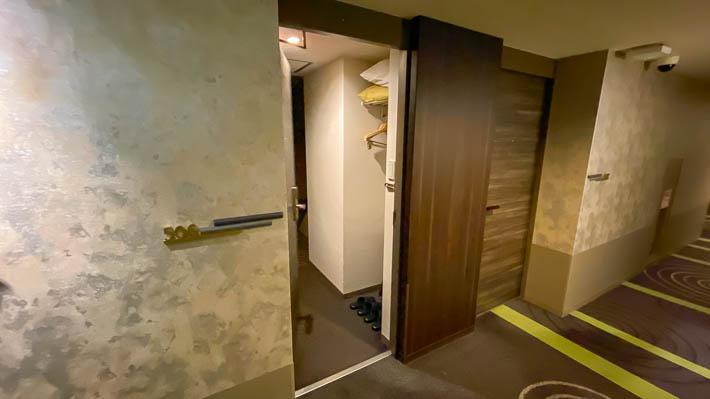 宿泊する部屋の入り口
