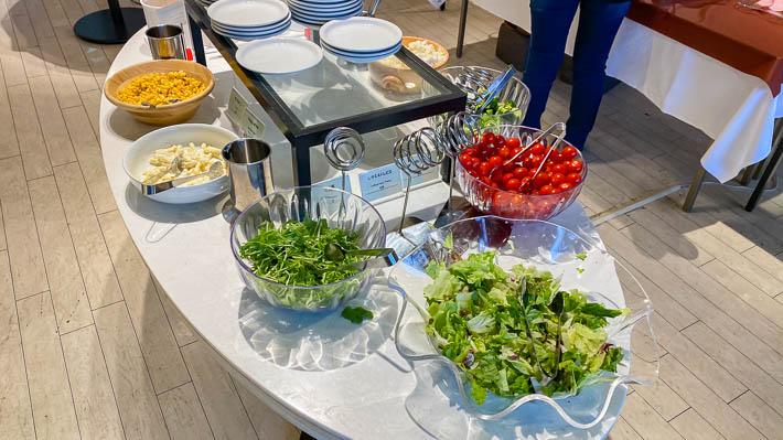 トマト、ブロッコリー、水菜、ポテサラ、コーンなど