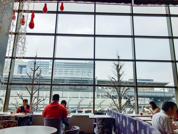 朝食会場から見える新幹線ホーム